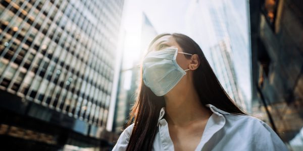 "Young Asian businesswoman with protective face mask to protect and prevent from the spread of viruses as metaphor for ""The banking sector between hope and fear"" in zeb.market flash Q4 2020"